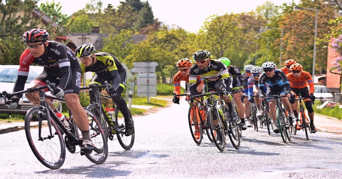 Diversos ciclistas andando juntos de bicileta - Entenda como a odontologia esportiva beneficia os atletas