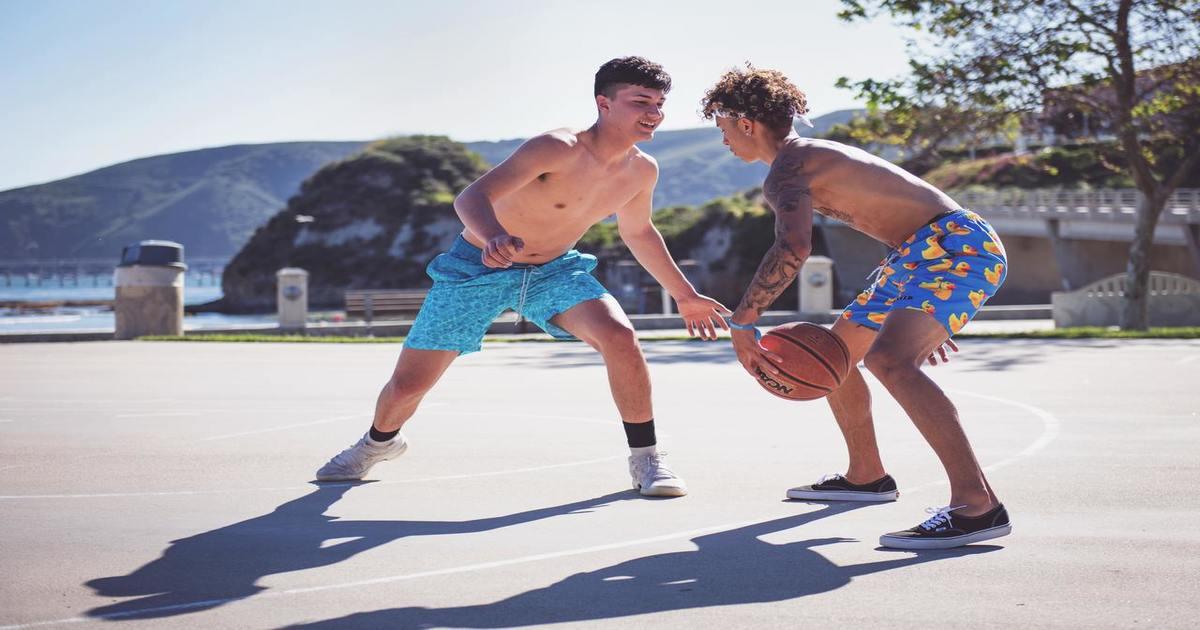 Jovens sem camisa jogando basquete - Entenda como a odontologia esportiva beneficia os atletas