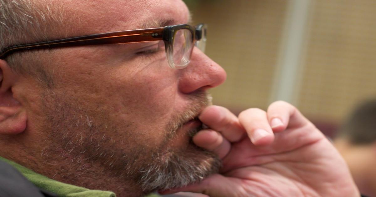 Homem de óculos e de barba com os olhos fechados - Conheça a abfração e os outros tipos de desgaste dentário