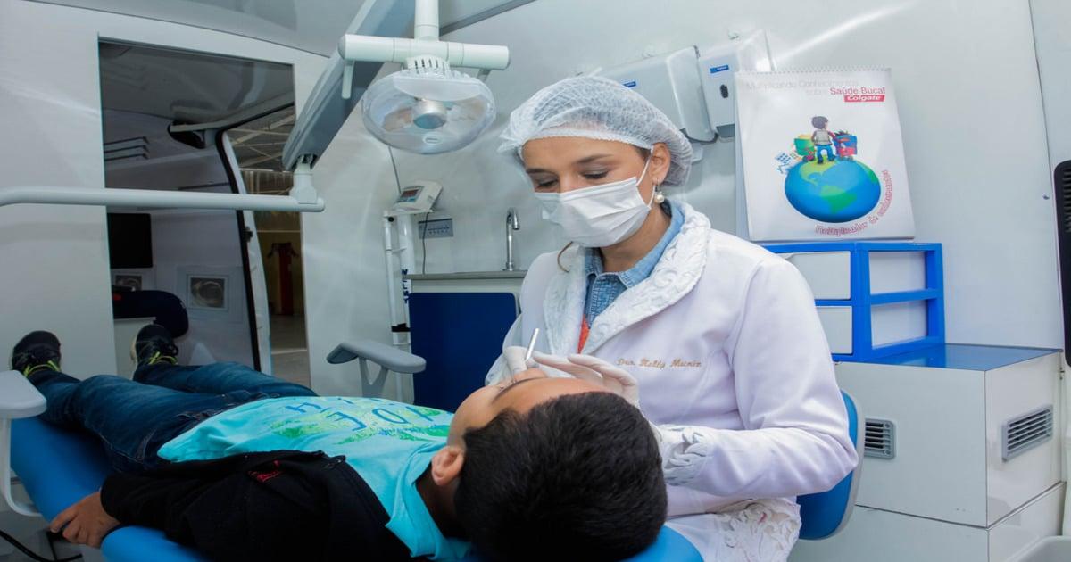 Dentista examinando a boca de um paciente - Conheça tudo o que você precisa saber sobre arcada dentária