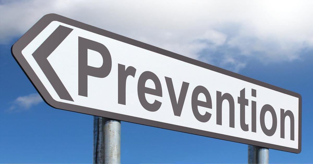 """Placa apontando para a esquerda escrito """"prevenção"""" em inglês - Entenda o que dente mole em adultos pode significar"""