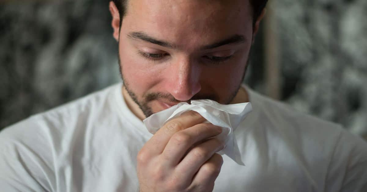 Homem assoando o nariz - Conheça a candidíase oral e como funciona o tratamento