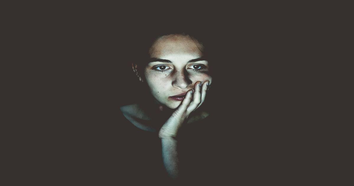 Mulher com a mão no queixo com cara de entediada - Conheça a candidíase oral e como funciona o tratamento