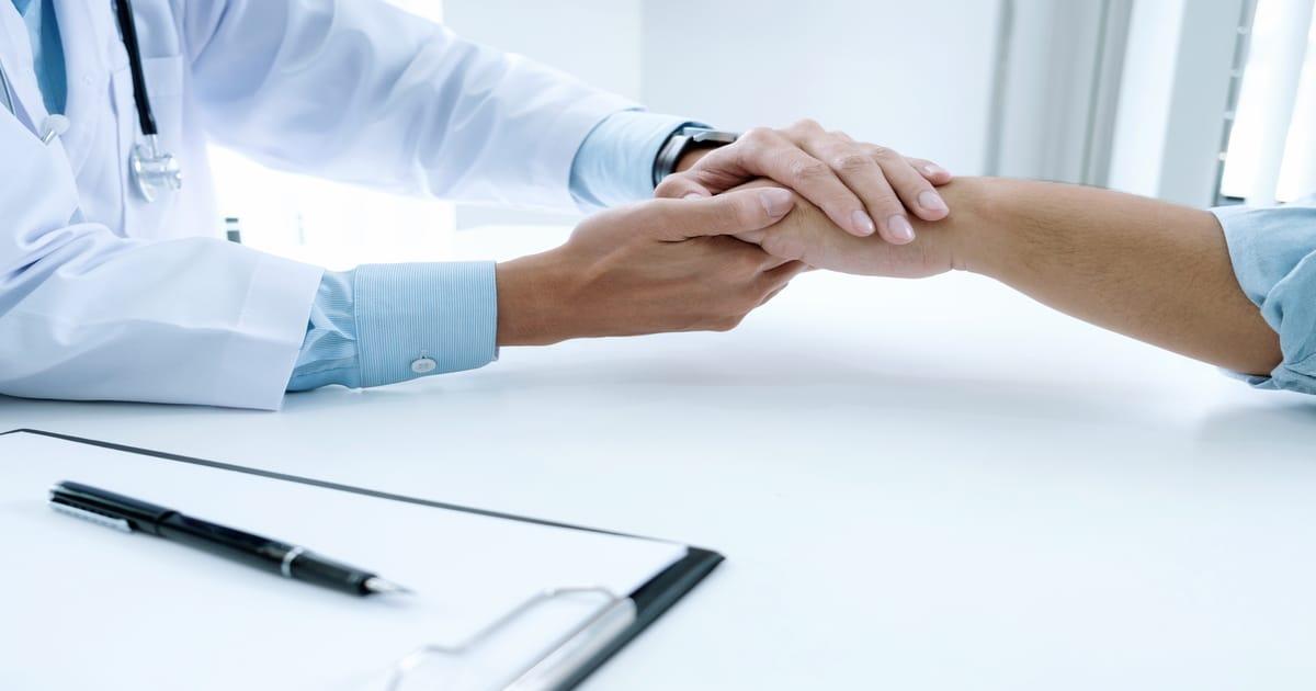 Médico apertando a mão do paciente - Conheça a candidíase oral e como funciona o tratamento