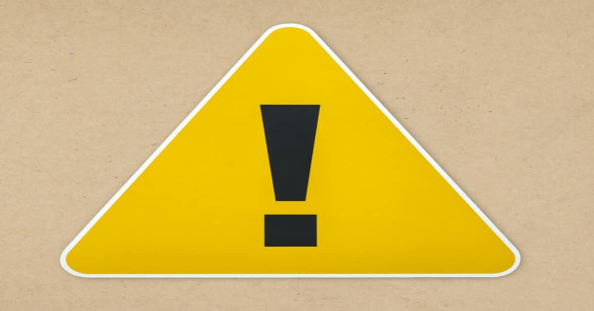 Ilustração de uma placa de alerta amarela com uma exclamação preta no centro - Descubra tudo o que você precisa saber sobre o maxilar