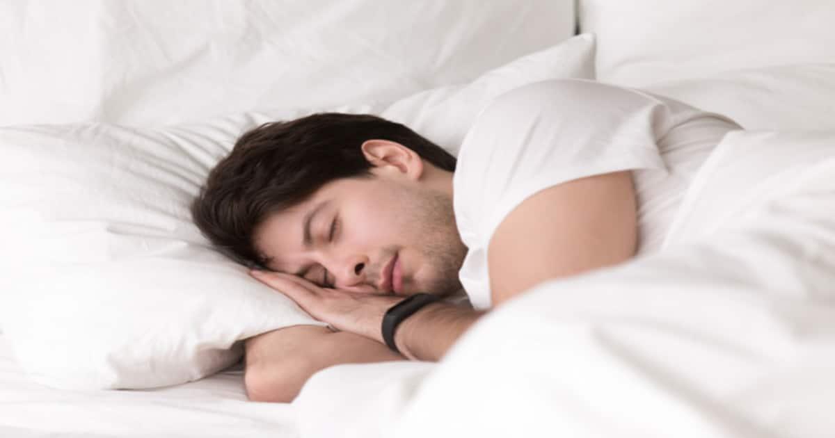 Pessoa dormindo virado para o lado - Conheça o trismo, responsável por travar a mandíbula do paciente