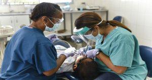 Odonto Company: a franquia que possui mais de 450 clínicas no Brasil - Dentista e auxiliar atendendo um paciente