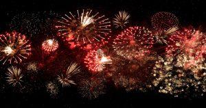 Fogos de artifício explodindo no céu - As festas de final de ano podem trazer problemas ao paciente