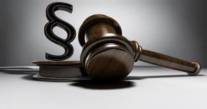 Imagem de um martelo de juiz sobre uma mesa - Dentistas devem conhecer o Código de Defesa do Consumidor