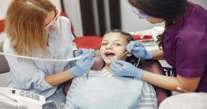 Cirurgia em odontopediatria traz riscos para a criança?