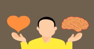 Ilustração com um homem de camiseta amarela segurando um coração em uma mão e um cérebro na outra.