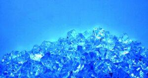 Imagem de nanodiamantes, que se assemelham a cristais azulados.